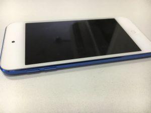 バッテリーが膨張してしまって、画面が浮いてきてしまっているiPod Touch 第6世代