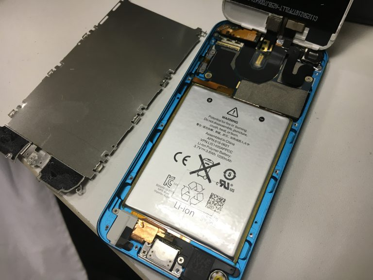 バッテリー交換修理方法を画像付きで解説2.銀のプレートを外すiPodTouch5