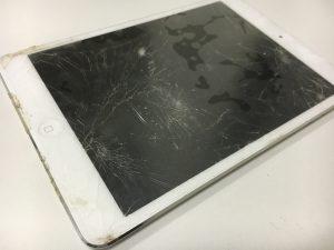 画面全体のガラスが粉々に割れてしまっているiPad mini