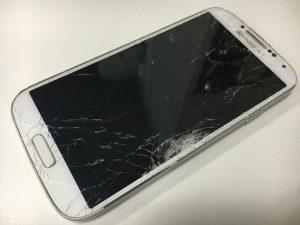 表面のガラスが粉々に割れてしまっているGalaxyS4
