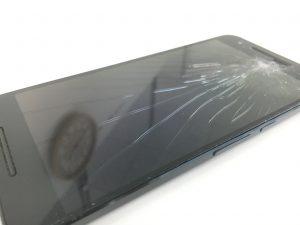 表面のガラスにヒビが入っているネクサス6P