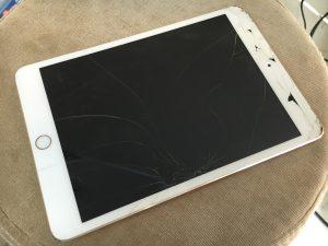 ガラスが割れてしまって、本体の内部が一部見えてしまっているiPad mini3