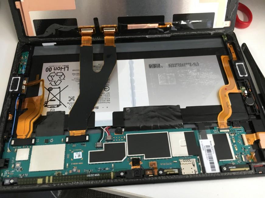 バッテリー交換のために分解している修理途中のXperiaZ4tablet