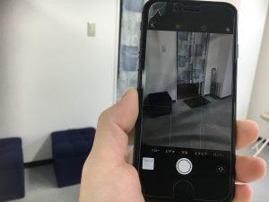 カメラ内にヒビ割れが映るiPhone8