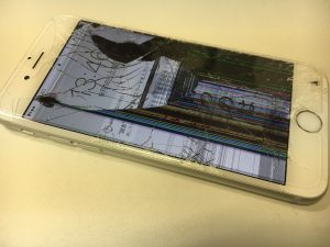 ガラスがバキバキに割れてしまっていて中の液晶が漏れて黒くなって線入ってしまっているiphone6s