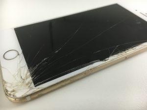 画面のはしから画面全体にかけて大きなヒビが広がっているiPhone6s