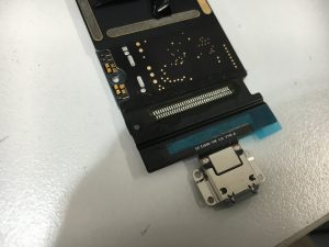 新しい充電口パーツに付け替えたiPad Pro 10.5インチ