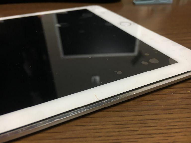 バッテリーの劣化により膨張して画面を押し上げているiPadAir2