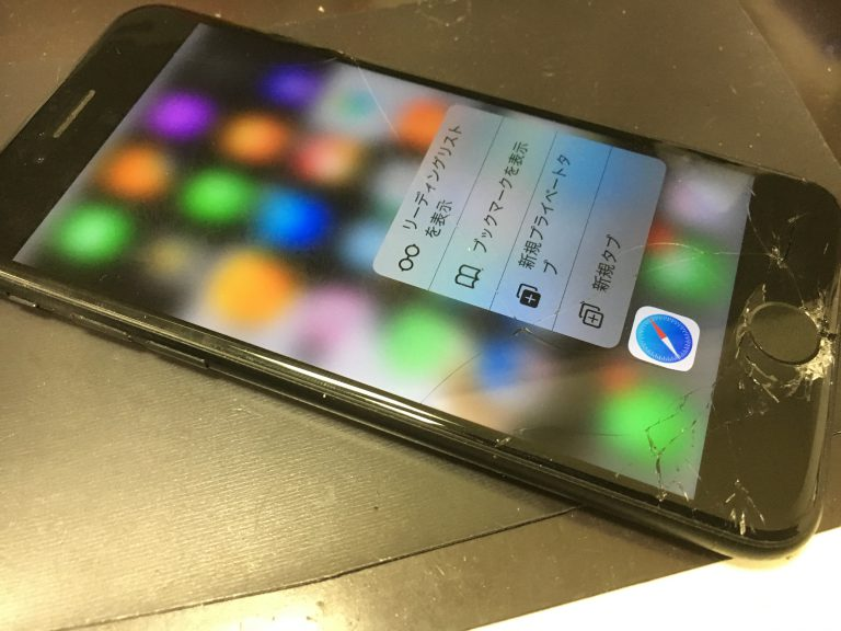 画面全体のガラスが粉々になっているアイフォン7プラス