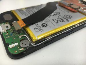 ケーブルがバッテリー膨張によって引っ張られて取れているNexus6P