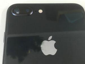 カメラのガラスにヒビが広がっているiPhone8Plus