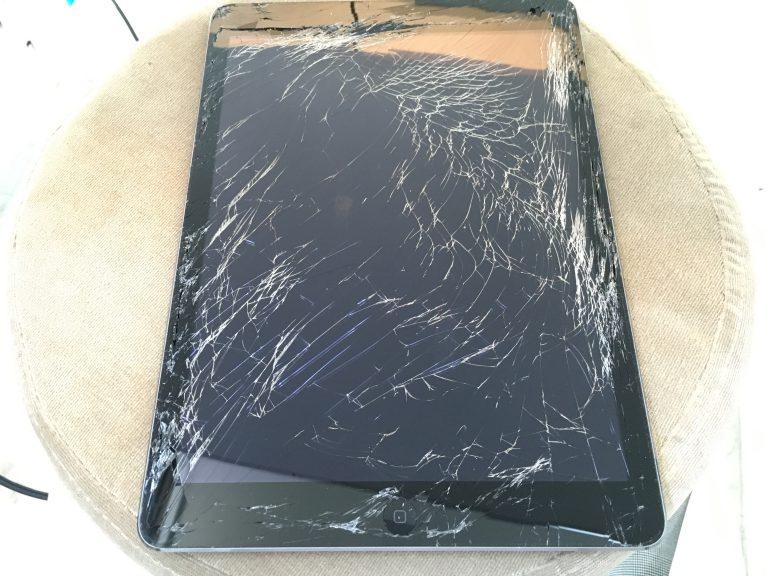 画面全体のガラスが粉々に砕けているiPadAir