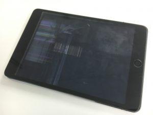 液晶全体に黒く線が入っており、ほとんど何も見えない状態のiPad mini2
