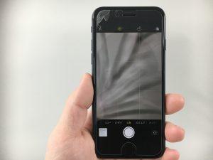 画面全体にヒビが広がっているiphone8