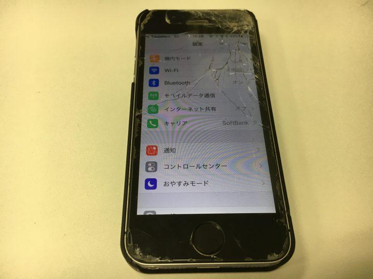 画面全体が粉々に割れているiPhoneSE