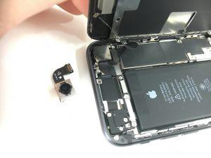 分解してカメラを交換しているiPhone8