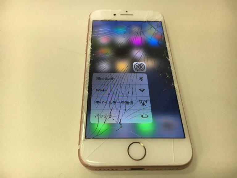 画面全体のガラスが激しく割れているiPhone7