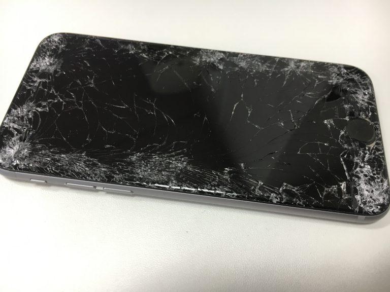 車にひかれ画面全体のガラスが粉々に割れているiphone6s