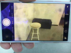 画面全体に黒いシミが転々と広がっているiPhone8