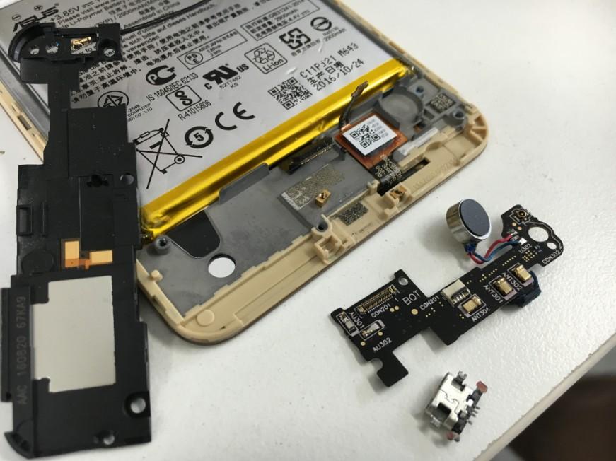 充電口まで分解して修理途中のZenfone3laser(ZC551KL)
