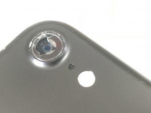 カメラレンズが割れて外側のカメラがむき出しになっているiPhone7