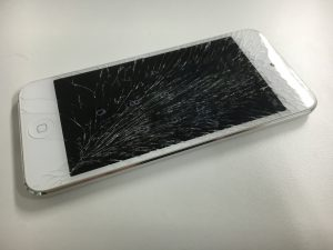 画面全体が激しく割れているiPod touch 第6世代