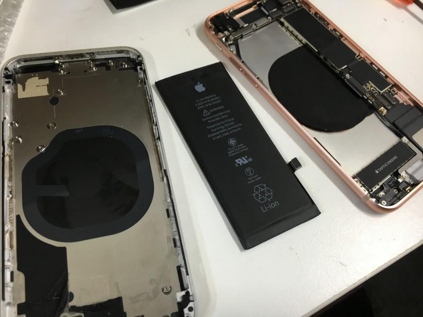 背面ガラス交換中の分解したiPhone8