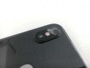 カメラレンズが割れて白くなっているiPhoneX(テン)