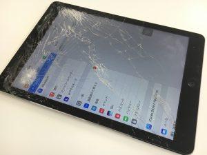 画面全体のガラスが粉々に割れているiPadAir