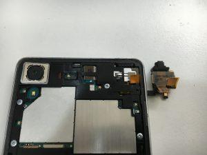 イヤホン挿し込み口も交換後のXperiaXPerformance(SOV33)