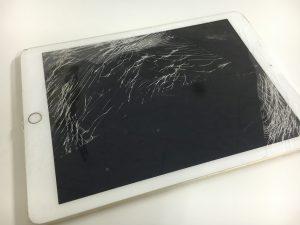 画面全体のガラスが粉々に割れているiPad 2017年春モデル