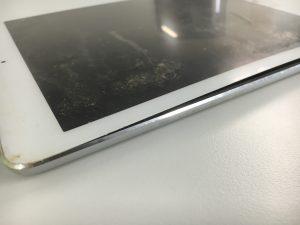 バッテリーが膨張して画面を押し上げているiPadAir