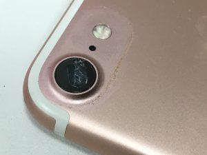 レンズが割れてしまっているiPhone7