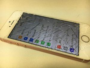 ガラス全体が粉々になっているiPhoneSE
