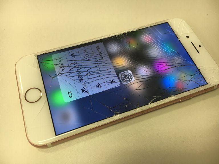 画面全体のガラスに細かくヒビが広がっているiphone7