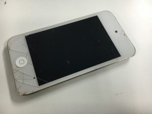 表面のガラスに無数のヒビ割れが広がっているiPod Touch第4世代