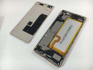 裏蓋を剥がし、バッテリーを交換作業中のHuawei P8 Lite
