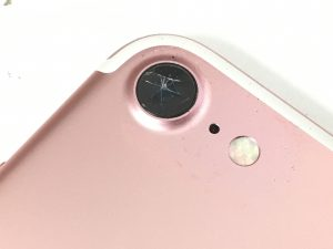 レンズ全体に細かなヒビが広がっているiPhone7の背面カメラ