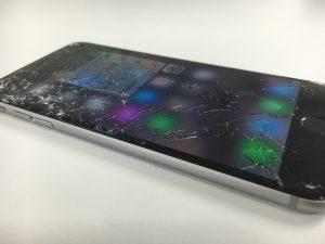 表面のガラスが粉々に割れているiphone6sPlus