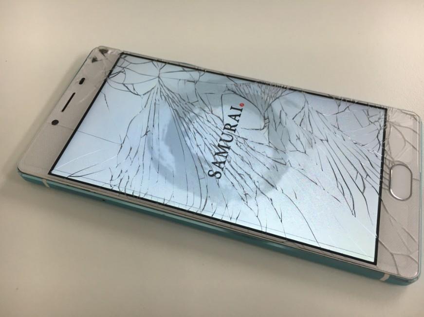 表面ガラスが割れたFREETEL SAMURAI REI-麗-