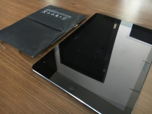 バッテリー膨張でハマグリ化したiPad2-300x225