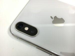 背面カメラレンズがひび割れて穴が空いているiPhone10(テン)