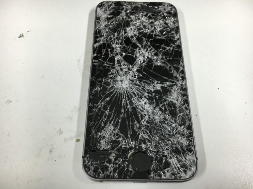 車に踏まれてボロボロのiPhoneSE