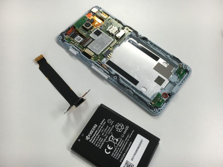 充電口とバッテリーを新品に交換途中の分解したAndroid One S2
