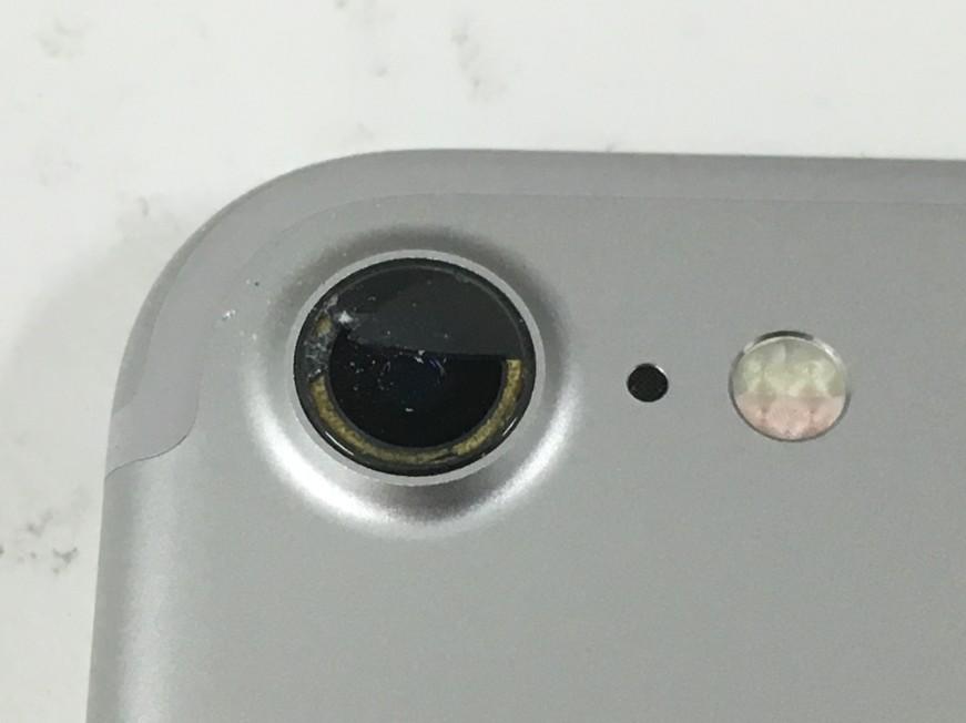 外カメラレンズが割れて穴が開いているiPhone7