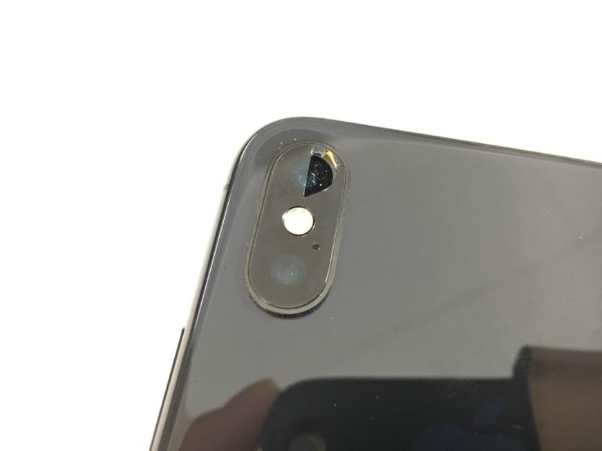 バックカメラレンズがヒビ割れて穴が開いているiPhoneX(テン)