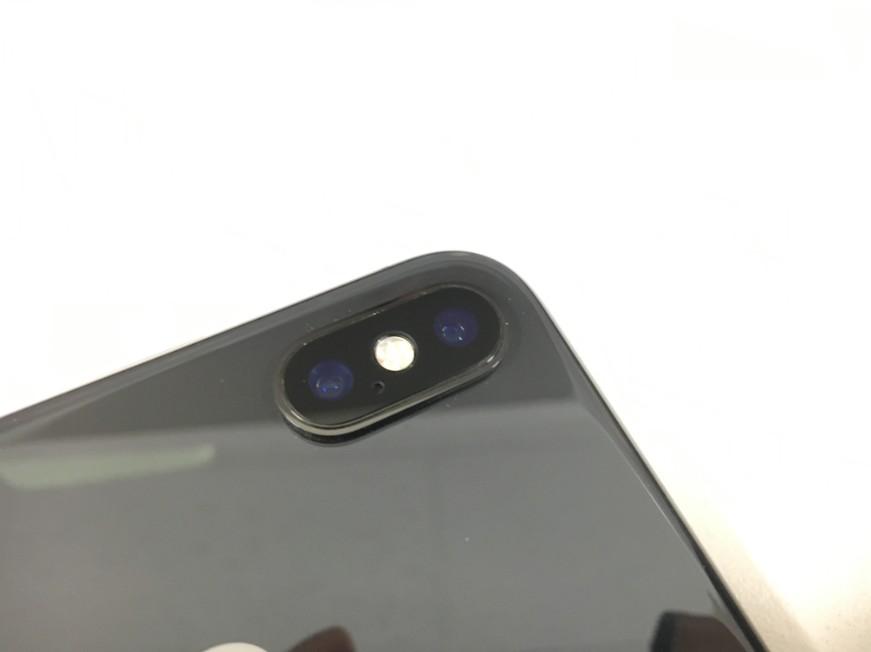 ひび割れて穴が空いたiPhoneX(テン)の外側カメラレンズが40分で修理完了