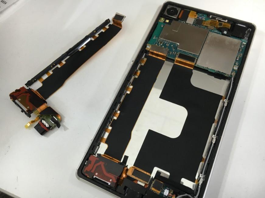 電源ボタンを交換している分解したXperia Z4(SO-03G)