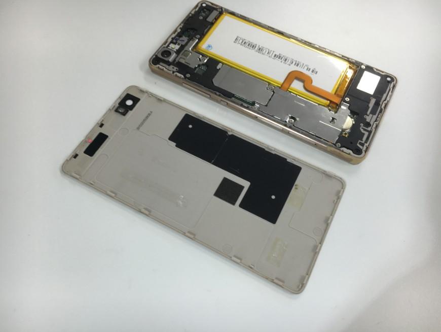 分解して充電池交換途中のHUAWEI P8 Lite