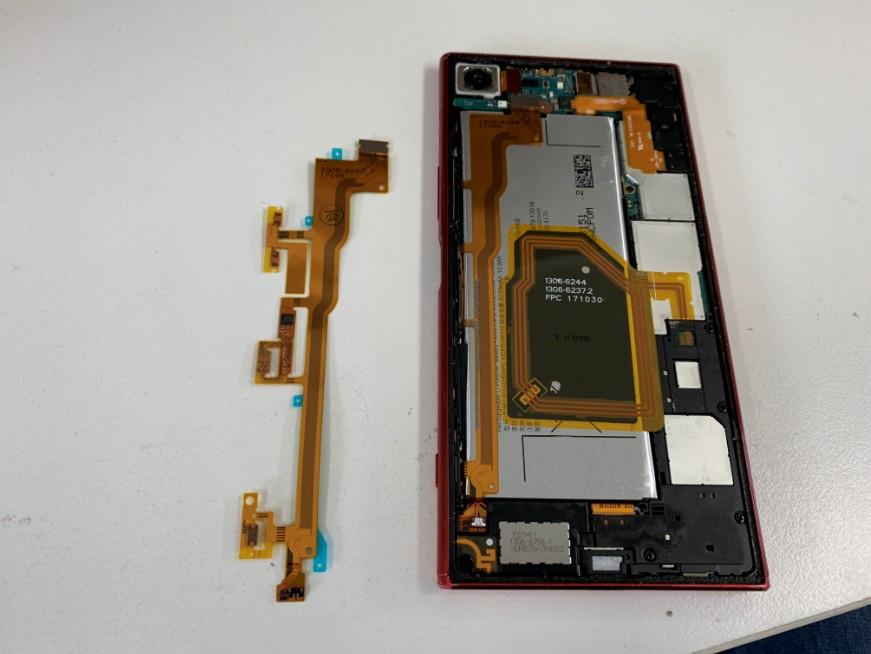 電源ボタンケーブル交換途中の分解したXperia XZ premium(SO-04J)